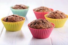 Chocolademuffins met suikerkorst stock afbeeldingen
