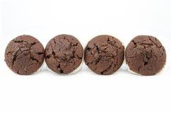 Chocolademuffins op wit worden geïsoleerd dat Royalty-vrije Stock Afbeelding