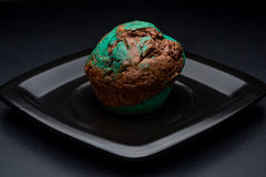 Chocolademunt cupcake op zwarte plaat stock fotografie