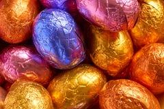 Chocoladepaaseieren in folie worden verpakt die stock foto's