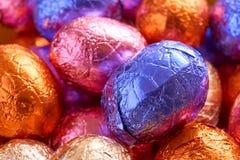 Chocoladepaaseieren in folie worden verpakt die stock foto