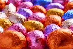 Chocoladepaaseieren in folie worden verpakt die stock fotografie