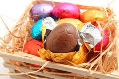 Chocoladepaaseieren op witte achtergrond Stock Afbeelding