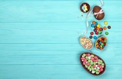 Chocoladepaaseieren, snoepjes en linten stock afbeeldingen