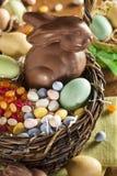 Chocoladepaashaas in een Mand Stock Afbeeldingen