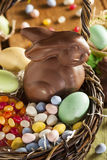 Chocoladepaashaas in een Mand Stock Foto