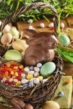Chocoladepaashaas in een Mand Stock Foto's