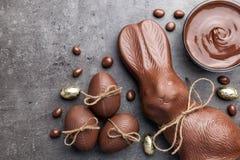 Chocoladepaashaas en eieren op houten achtergrond Royalty-vrije Stock Foto