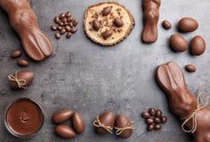 Chocoladepaashaas en eieren op houten achtergrond Royalty-vrije Stock Afbeelding