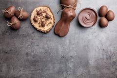 Chocoladepaashaas en eieren op houten achtergrond Stock Foto