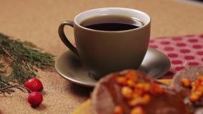 Chocoladepannekoek en kop van koffie stock videobeelden