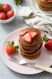 Chocoladepannekoeken met aardbeien stock fotografie