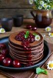 Chocoladepannekoeken met bessenjam voor ontbijt Royalty-vrije Stock Afbeeldingen