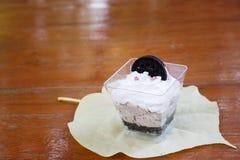 Chocoladeparfait gelaagd dessert met koekjes en mousse op weiland stock foto