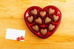 Chocoladepralines in de rode doos van de hartvorm Royalty-vrije Stock Afbeelding