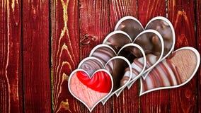 Chocoladepralines op hout Stock Foto's