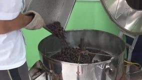 Chocoladeproductie van boon aan bar Zettend cacaoboon in het roosteren van machine stock videobeelden