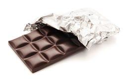 Chocoladereep in een omslag op een wit wordt geïsoleerd dat Stock Fotografie
