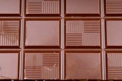 Chocoladereep en bars als achtergrond Melk en donkere glanzende chocoladetextuur Het patroon van de stapelchocolade stunning stock afbeelding