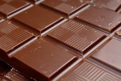 Chocoladereep en bars als achtergrond Melk en donkere glanzende chocoladetextuur Het patroon van de stapelchocolade stunning stock foto