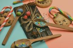 Chocoladereep en snoepjes op kleurrijke achtergrond Royalty-vrije Stock Foto's