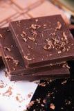 Chocoladereep met het merken voor plakken over zwarte achtergrond Royalty-vrije Stock Foto's
