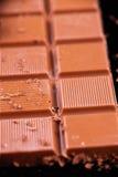Chocoladereep met het merken voor plakken over zwarte achtergrond Stock Foto