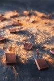 Chocoladereepstukken, cacaopoeder en koffiebonen op donkere steenachtergrond Achtergrond met chocolade Plakken van chocolade Swee Stock Foto's