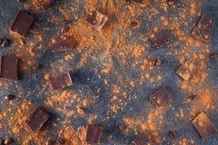 Chocoladereepstukken, cacaopoeder en koffiebonen op donkere steenachtergrond Achtergrond met chocolade Plakken van chocolade Swee Royalty-vrije Stock Foto