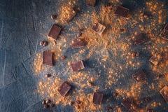 Chocoladereepstukken, cacaopoeder en koffiebonen op donkere steenachtergrond Achtergrond met chocolade Plakken van chocolade Swee Royalty-vrije Stock Afbeelding