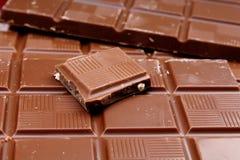 Chocoladerepen als achtergrond Melk en de donkere glanzende textuur van de chocoladereepclose-up Het patroon van de stapelchocola Stock Afbeeldingen