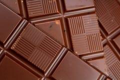 Chocoladerepen als achtergrond Melk en de donkere glanzende textuur van de chocoladereepclose-up Het patroon van de stapelchocola Royalty-vrije Stock Afbeelding