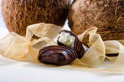Chocoladerepen met kokosnoot worden gevuld die Royalty-vrije Stock Foto