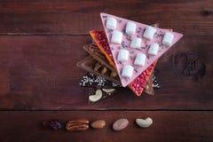 Chocoladerepen op een houten achtergrond met chocoladetoren Royalty-vrije Stock Afbeeldingen
