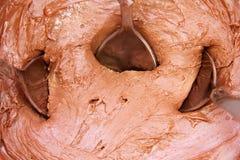 Chocoladeroom met lepels Stock Foto's