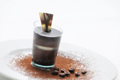 Chocoladeroom in proever, chocoladewoestijn op witte plaat met koffiebonen en cacaopoeder, patisserie, fotografie voor winkel Stock Foto's