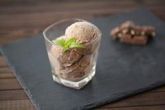 Chocoladeroomijs met noten en munt stock afbeeldingen