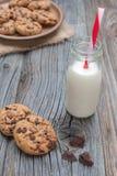 Chocoladeschilfer coockies met melk Stock Foto