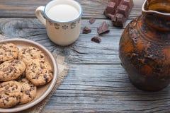Chocoladeschilfer coockies met melk Stock Fotografie