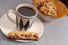 Chocoladeschilfer en Amerikaanse veenbesbiscotti met koffie Stock Foto