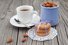 Chocoladeschilferkoekjes en amandel met kop thee Stock Afbeeldingen