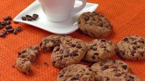 Chocoladeschilferkoekjes en Kop van Koffie stock videobeelden