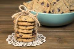 Chocoladeschilferkoekjes met koordboog Stock Foto