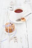 Chocoladeschilferkoekjes op een witte plaat met kop thee Stock Afbeeldingen
