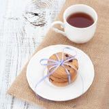 Chocoladeschilferkoekjes op een witte plaat met kop thee Royalty-vrije Stock Afbeelding