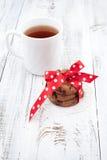Chocoladeschilferkoekjes op een witte plaat met kop thee Royalty-vrije Stock Foto's