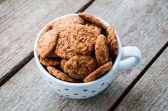 Chocoladeschilferkoekjes op koffiekop die worden geschoten Stock Foto's