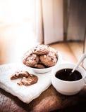 Chocoladeschilferkoekjes op servet en hete thee op houten lijst Royalty-vrije Stock Afbeelding