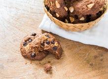Chocoladeschilferkoekjes op servet op houten lijst Stock Foto's