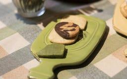 Chocoladeschilferkoekjes op stootkussen stock foto